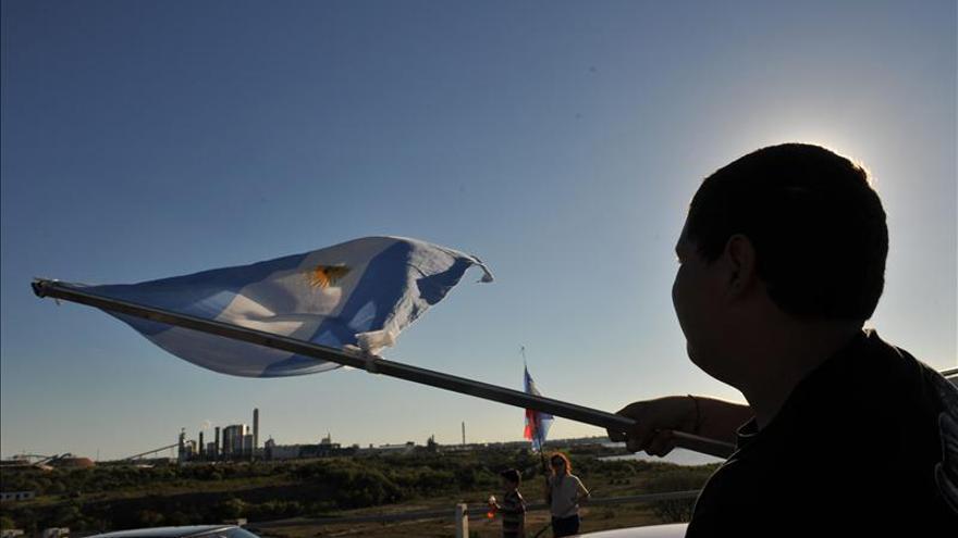 Veinte embarcaciones argentinas protestaron contra UPM en el río Uruguay
