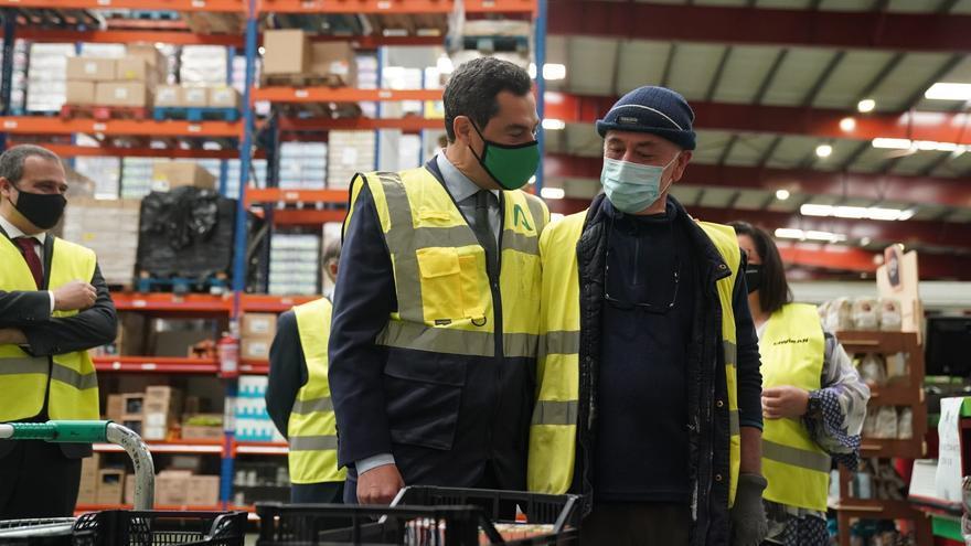 Juanma Moreno, con un trabajador de Covirán