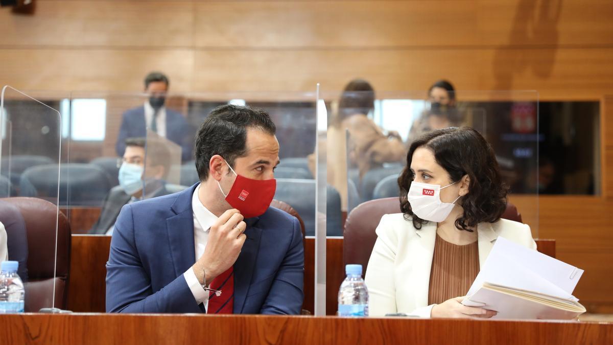 Isabel Díaz Ayuso, junto a su hasta ahora vicepresidente, Ignacio Aguado, en la Asamblea de Madrid