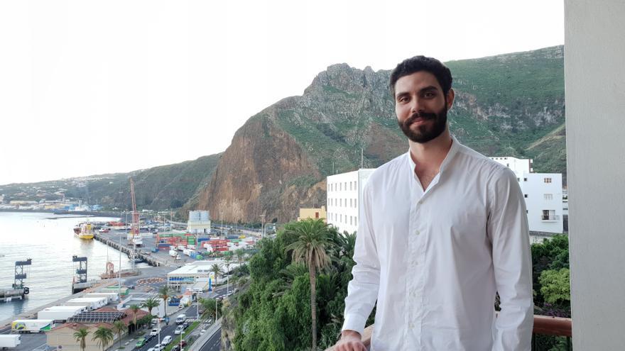 El arquitecto Jorge Henríquez Yanes en el balcón de su estudio.