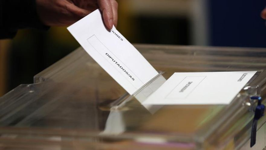 El PSOE gana las elecciones con 121 escaños y el PP baja a 73, según GAD3