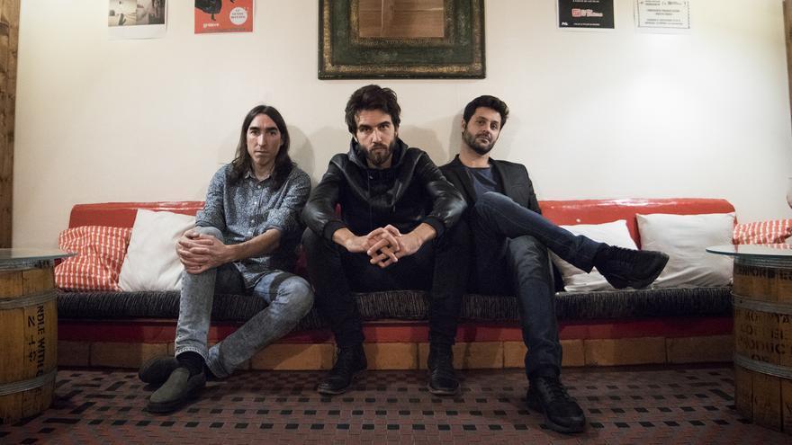 David García 'El Indio' (batería), Guillermo Galván (guitarra y letras) y Jorge González (percusión). Foto: David Conde