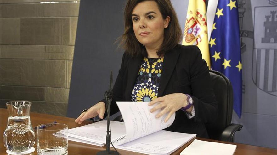 Sáenz de Santamaría admite contactos con el PSOE para defender una postura común en la UE