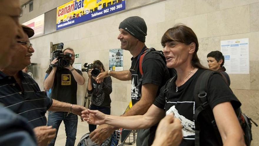 Víctor Hernández y Reyes de Miguel a su llegada al aeropuerto de Los Rodeos./ Ramón de la Rocha (EFE)