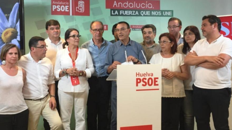 Caraballo, en el centro, rodeado de miembros del PSOE onubense.