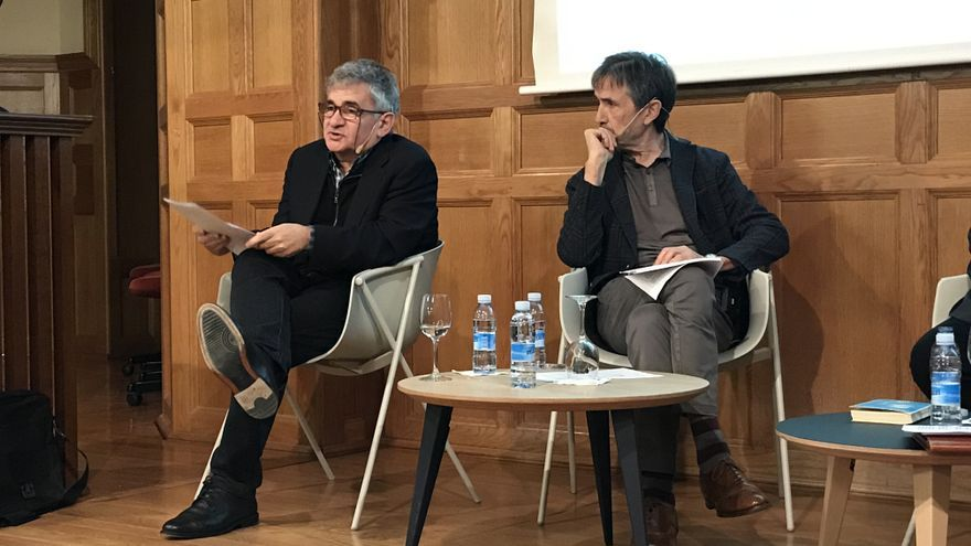 Bernado Atxaga y Ramón Saizarbitoria, en un momento de la tertulia.