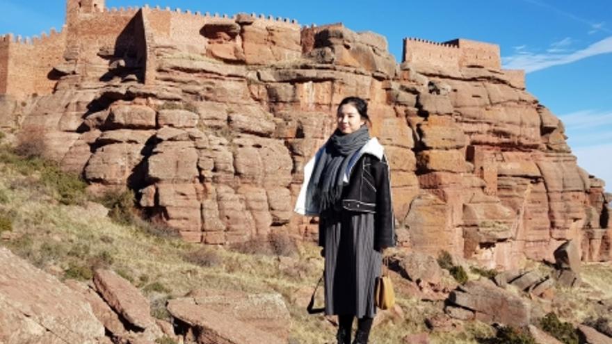 La 'influencer' china Luna, en el castillo de Peracense.