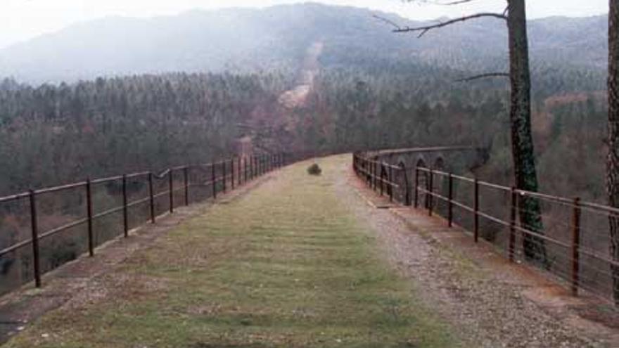 Viaducto de la vía estrecha para entrar a Minas del Horcajo (Ciudad Real) / Foto: http://valledealcudia.webcindario.com