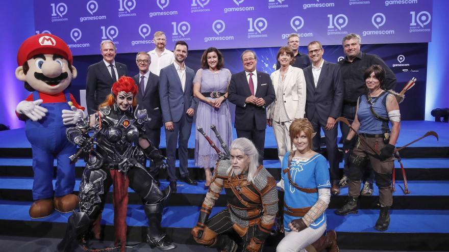 José Guirao, ministro de Cultura y Deporte (cuarto por la izquierda), en la Gamescom 2018