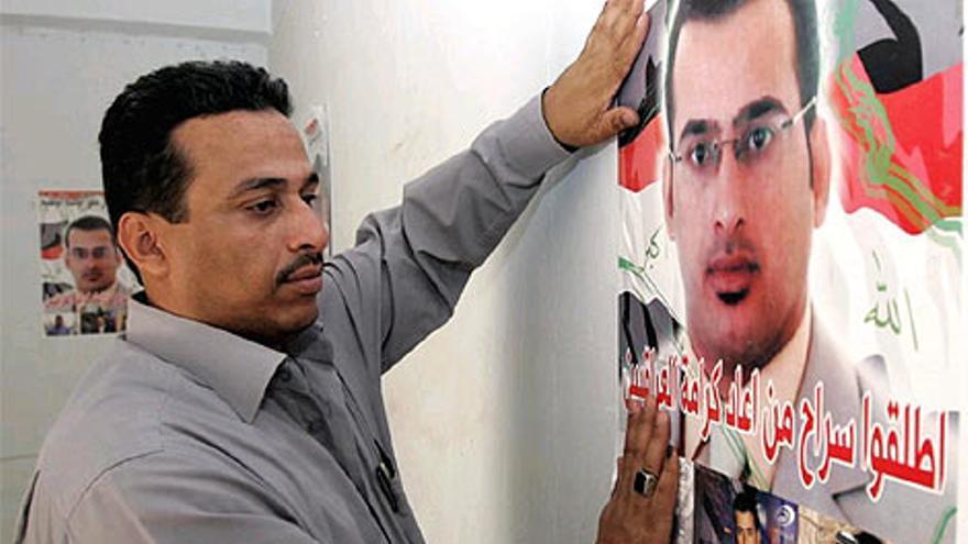 Uday Al Zaidi en Irak, con un cartel de su hermano