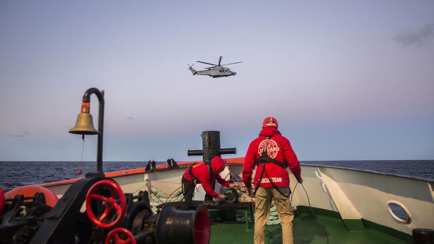 El helicóptero de los guardacostas de Malta que ha evacuado a Sam y su madre del Open Arms / Olmo Calvo
