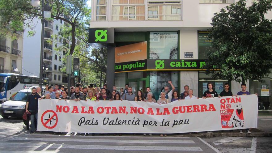 La plataforma contra la OTAN despliega una pancarta en Valencia.