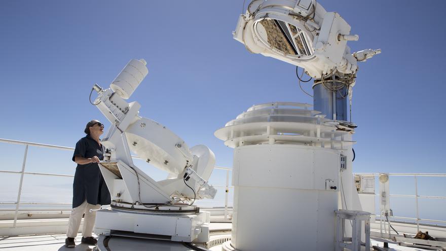 Elsa López el telescopio VTT del Observatorio del Teide. Crédito: Elena Mora (IAC).
