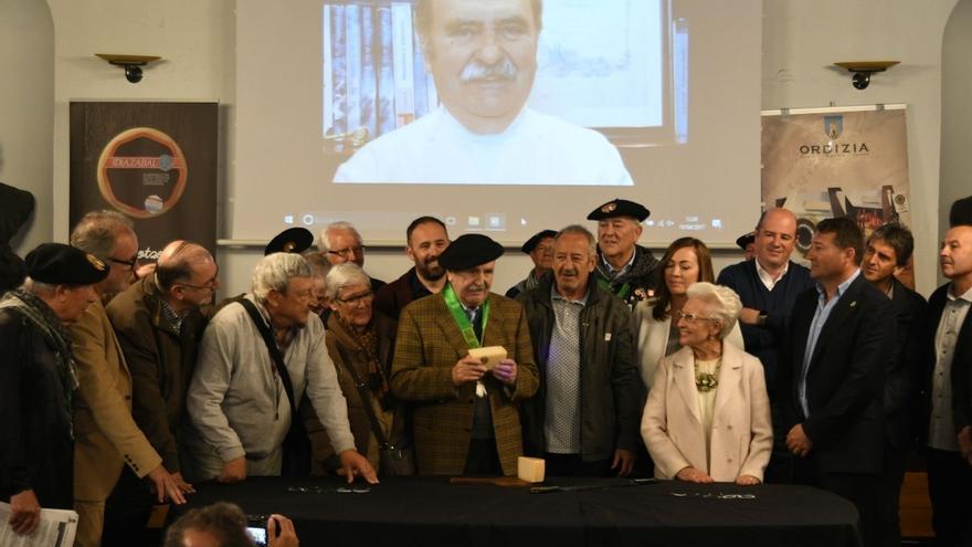 El cocinero Luis Irizar corta el queso Idiazabal de la nueva temporada en el tradicional Artzain Eguna de Ordizia