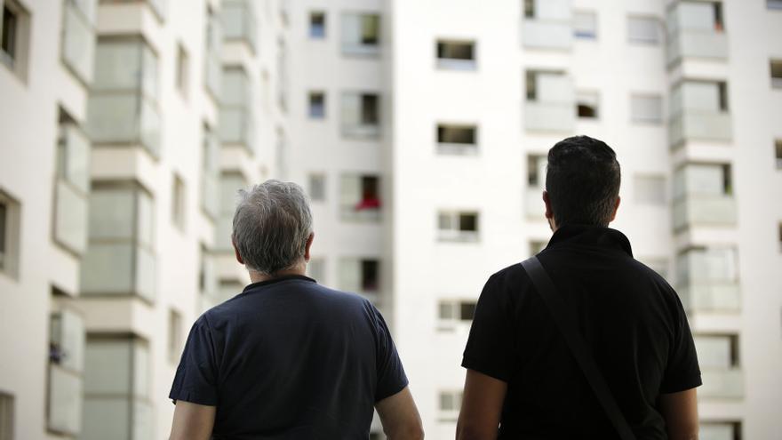 Jonathan, a la derecha, reside sin contrato en una de las viviendas del Ensanche.
