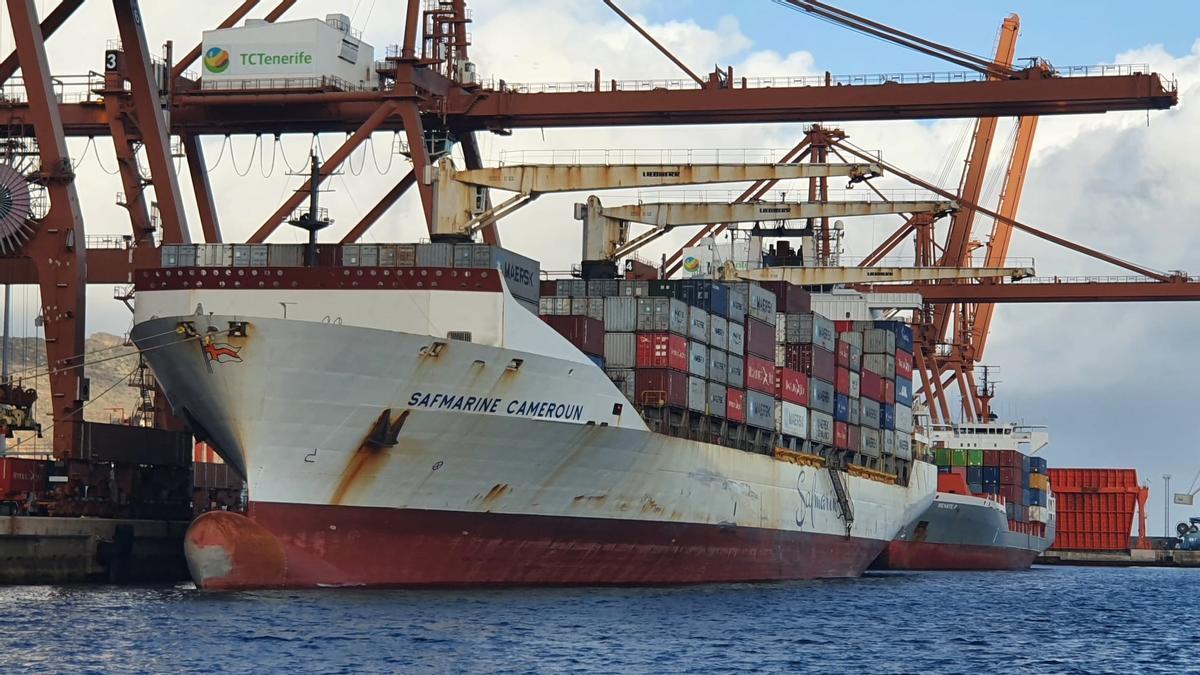 Un buque de mercancías en el puerto de Santa Cruz de Tenerife.