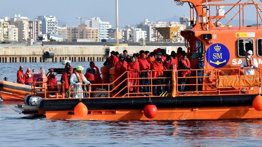 Trasladan a Motril a 159 inmigrantes rescatados en tres pateras en Alborán