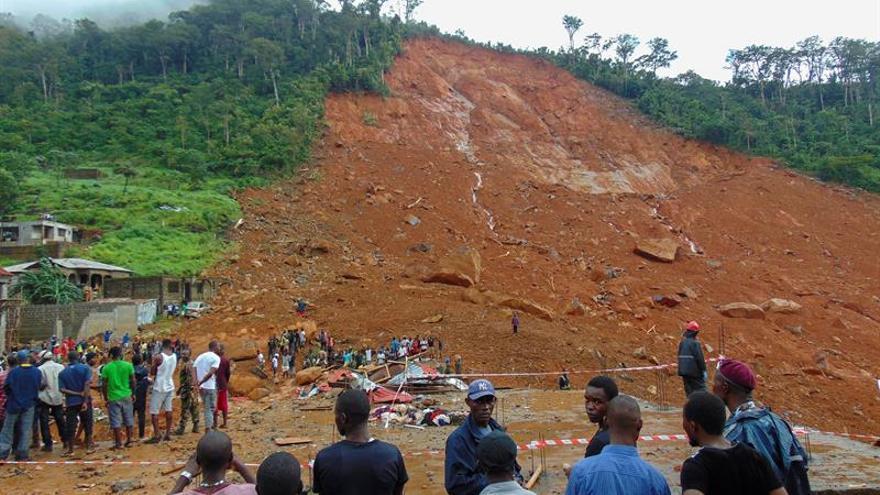 Residentes observan los daños causados por un deslizamiento de tierra ayer en el suburbio de Regent detrás del embalse de Guma, en Freetown (Sierra Leona).