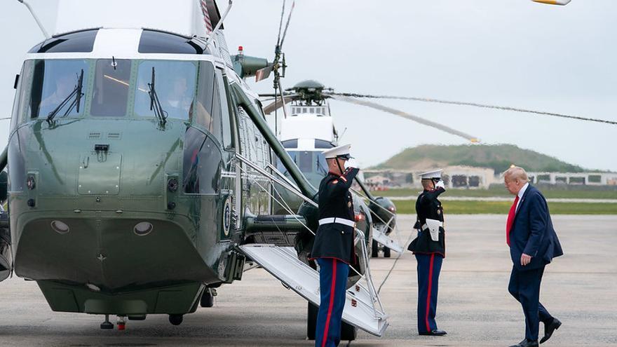 El presidente de EEUU, Donald Trump, sube al helicóptero presidencial en la base de Andrews.