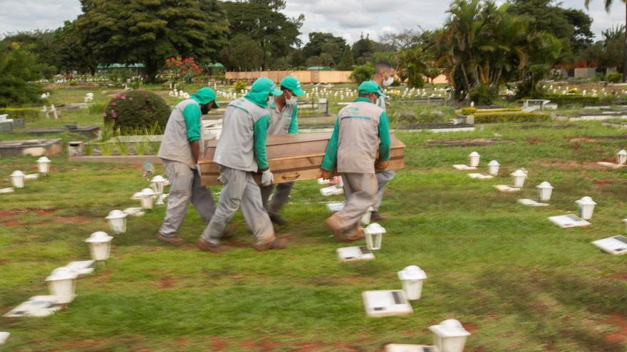 Brasil registra 983 nuevas muertes por la covid-19 en medio de la desaceleración