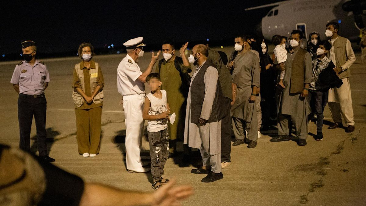 Varias personas repatriadas llegan a la pista tras bajarse del avión A400M en el que ha sido evacuados de Kabul, a 19 de agosto de 2021, en Torrejón de Ardoz, Madrid, (España). EUROPA PRESS | Alejandro Martínez Vélez