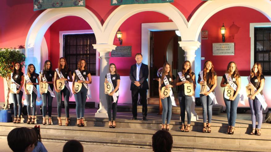 En la imagen, las 11 candidatas a romera mayor con el alcalde de El Paso.