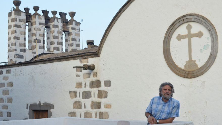 Jorge Hernández, sacerdote de Valsequillo y fundador de Yrichen, en la iglesia de Valsequillo (TXEMA SANTANA)