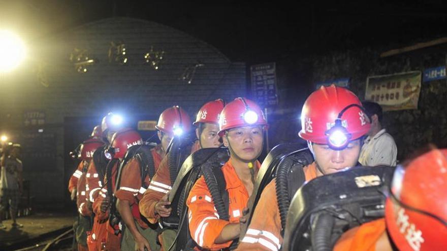 Equipos chinos trabajan a contrarreloj para rescatar a 20 mineros atrapados