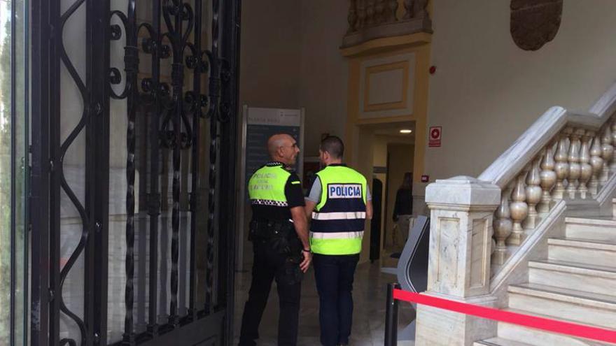 Un agente de la Udef dialoga con un policía local en el ayuntamiento de Sagunto