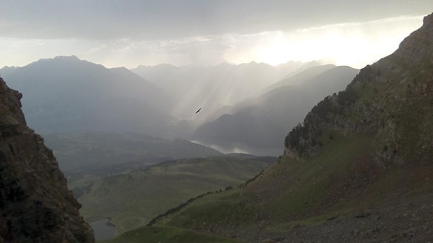 Las vistas hacia el este, con el macizo del Vignemal al fondo, son espectaculares, incluso con tormentas al amanecer.