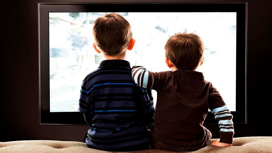Dos niños viendo la televisión
