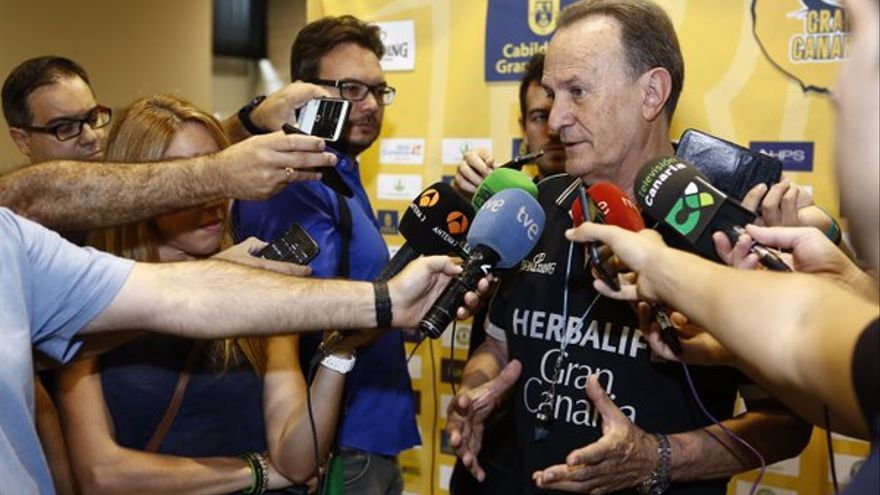 El técnico del Herbalife Gran Canara, Aíto García Reneses, atendiendo a los medios de comunicación. (Twitter oficial Herbalife Gran Canaria).