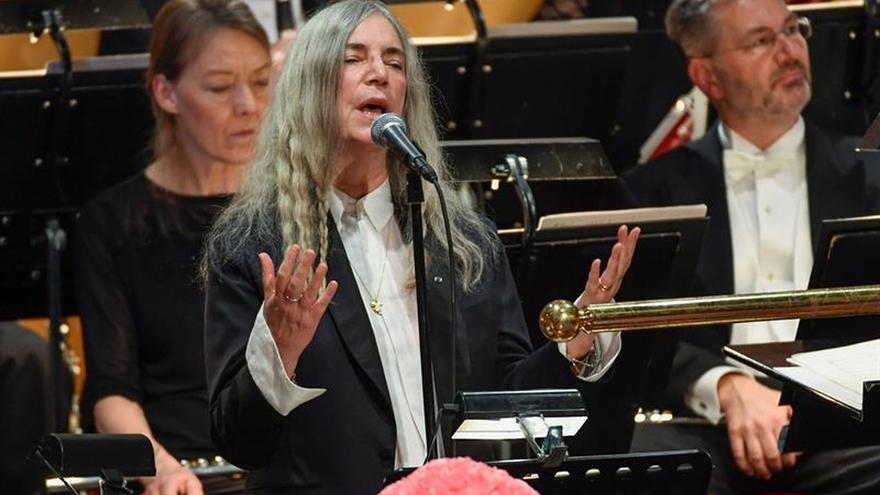 La emoción de Patti Smith humaniza la ceremonia de los Nobel