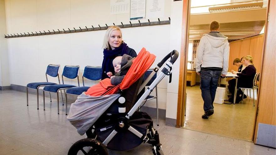 Abren los colegios electorales en Islandia para elecciones presidenciales