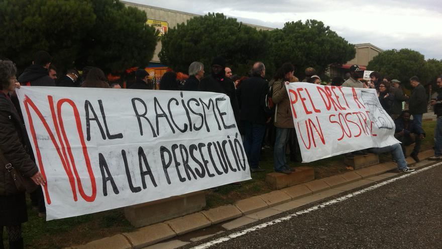 Colectivos del barrio del Poblenou protestan ante el CIE de la Zona Franca para pedir la puesta en libertad de dos vecinos / João França