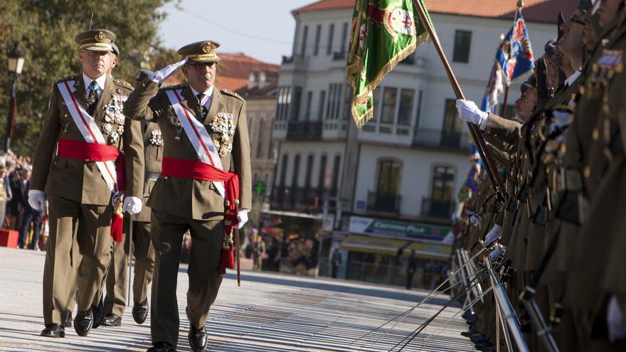 El teniente general Juan Gómez de Salazar pasa revista a las tropas durante un acto, el pasado mes de octubre.