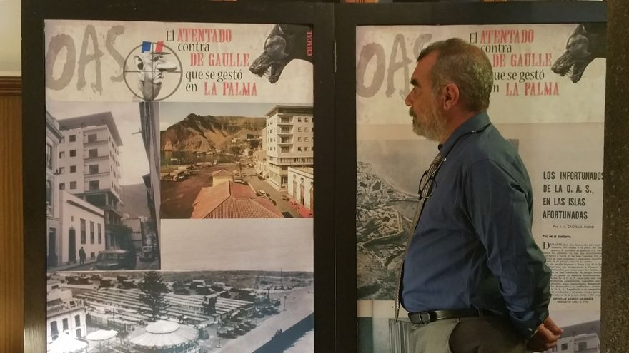 Manuel Lorenzo junto a un panel de la exposición.