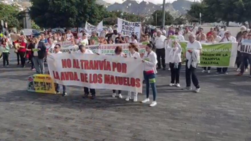 Concentración frente al Cabildo de Tenerife en protesta por el plan de ampliación de la línea 2 del tranvía