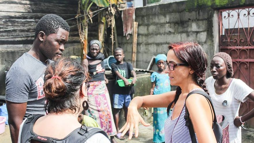 La familia de Aboubakar Oumarou Maiga, víctima del Tarajal, con la investigadora y defensora de derechos humanos Helena Maleno. | Imagen cedida por Caminando Fronteras.