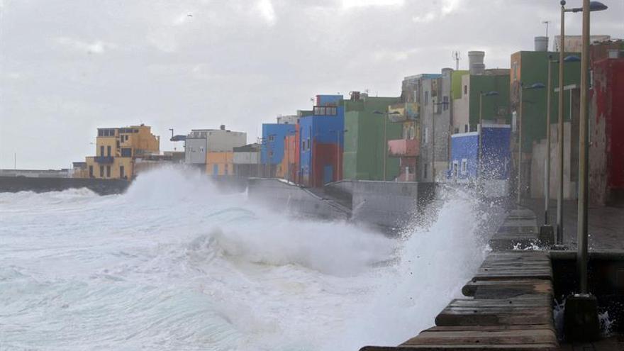 El fuerte oleaje azota al barrio marinero de San Cristóbal, en Las Palmas de Gran Canaria. EFE/Elvira Urquijo A.