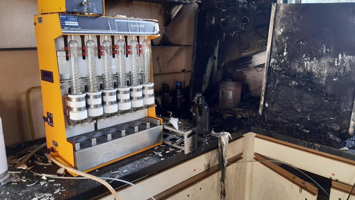 Los bomberos accedieron a la zona afectada y sofocaron el fuego en el cuadro eléctrico de la instalación
