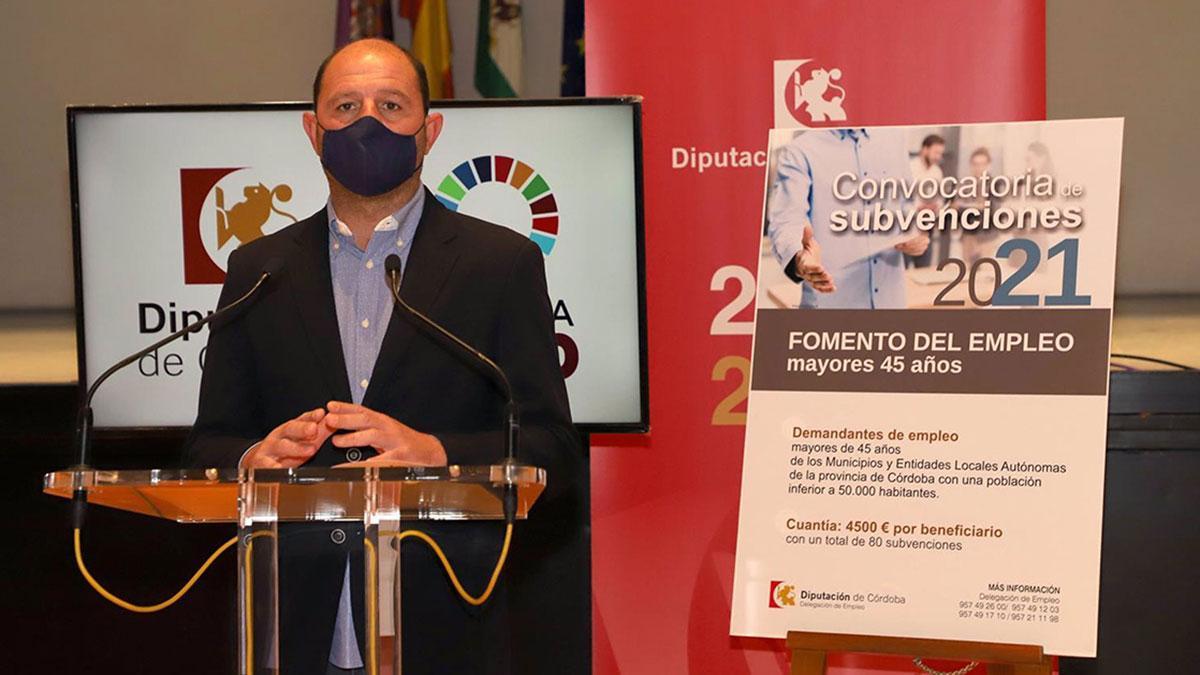 El delegado de Empleo de la Diputación de Córdoba, Miguel Ruz, presenta el programa 'Fomento empleo mayores 45 años'.
