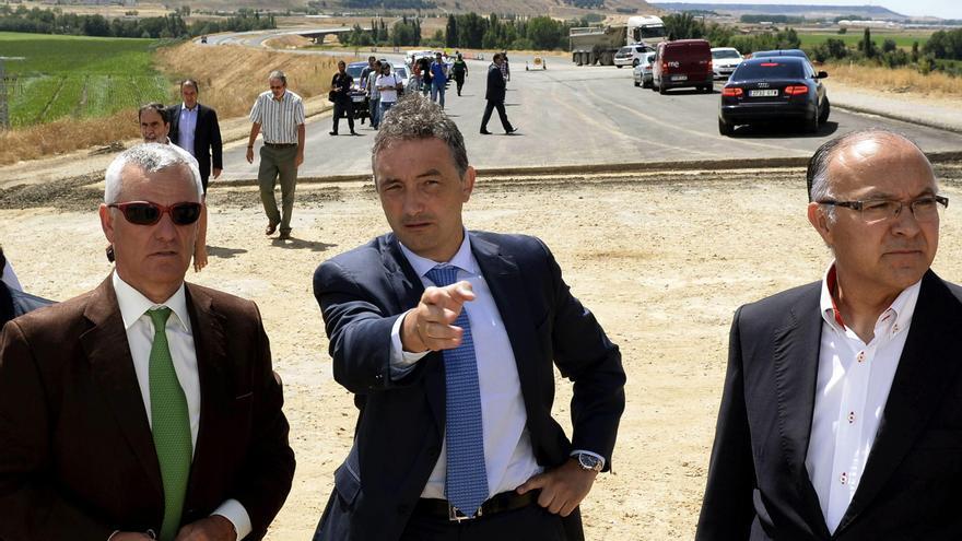 El director general de Carreteras, Jorge Urrecho, durante una visita a unas obras en Valladolid en 2013. EFE