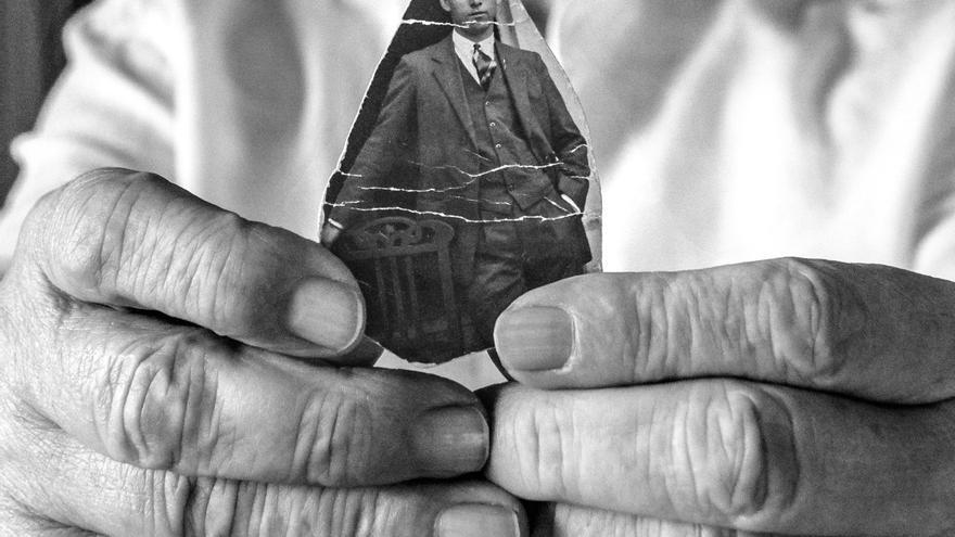 Germinal sostiene la foto de su padre