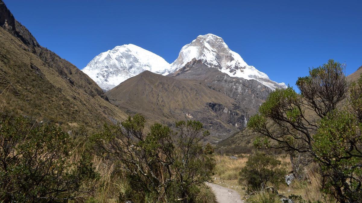 Cima doble del Huascarán desde la ruta de la Laguna 69.