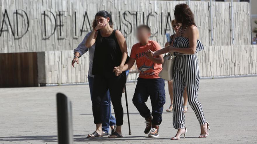Elián, a la izquierda de la imagen, junto a su hijo y la psicóloga Elena Fernández. (ALEJANDRO RAMOS)