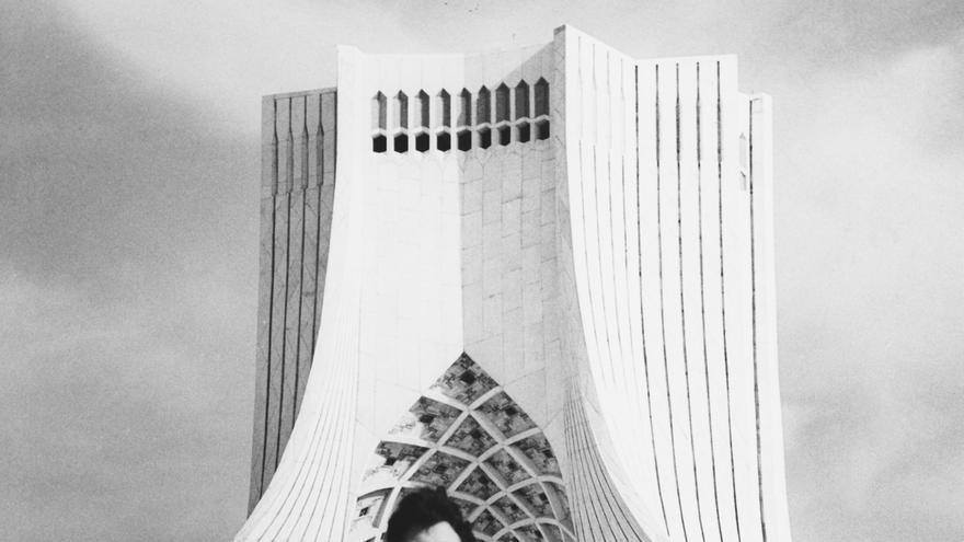 Hossein Amanat posa delante de su creación, la torre Azadi, en Teherán.