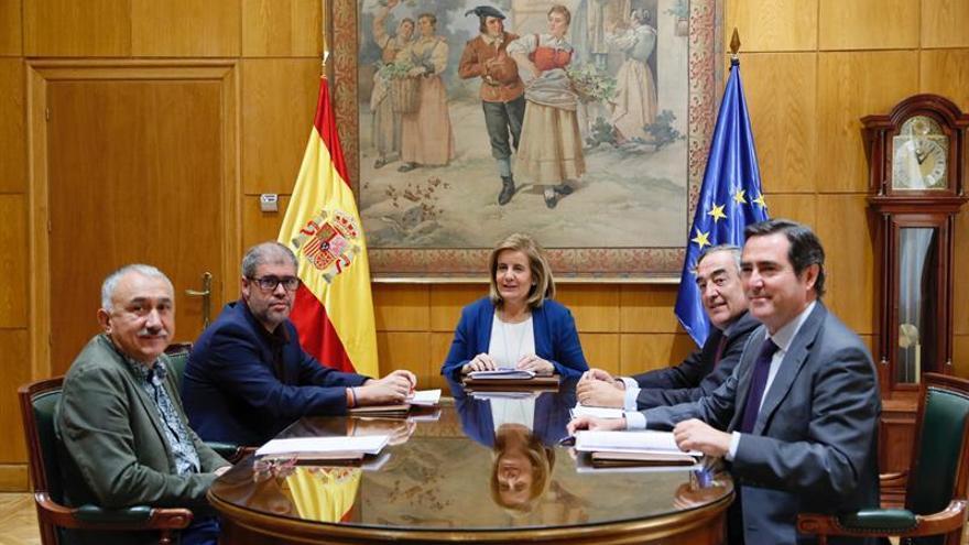 La ministra de Empleo, Fátima Báñez, durante la reunión que mantuvo el pasado septiembre con los secretarios generales de CCOO y UGT y los presidentes de CEOE y Cepyme.