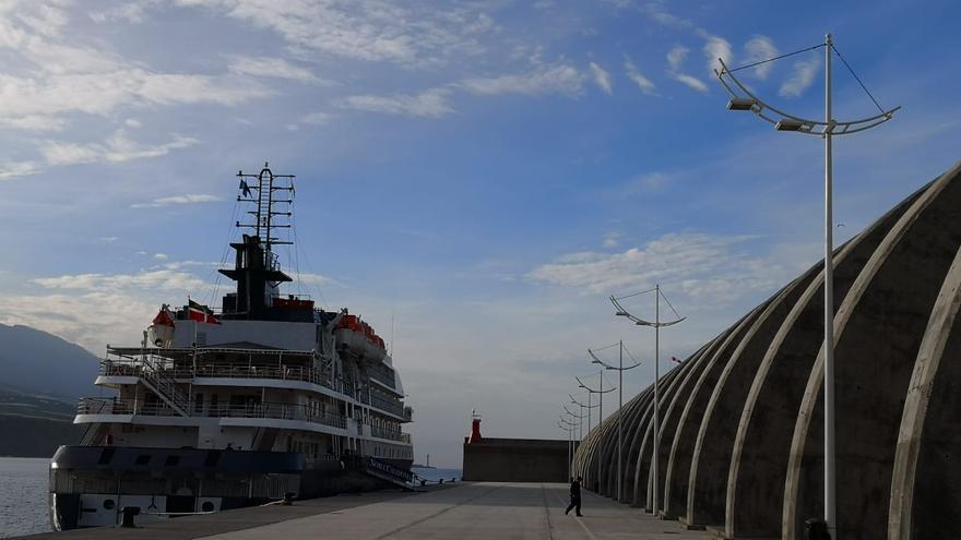 Resultado de imagen de Llega un crucero al puerto de Tazacorte después de 16 años
