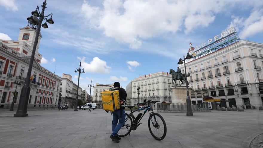 Un repartidor de Glovo en el centro de Madrid, en una Puerta del Sol desierta.